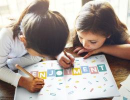 Enjoyment Schülerinnen haben Spaß bei Grammatik Übung