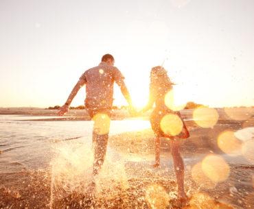 Paerchen am Strand: 12 Englische Redewendungen für den Urlaub