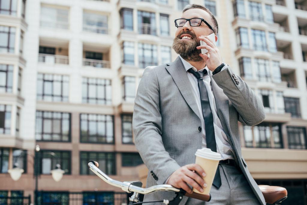 Erfolgreicher Geschäftsmann telefoniert - Englisch lernen für das Vorstellungsgespräch