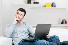 Mann denkt nach - welche Sprache lernen?