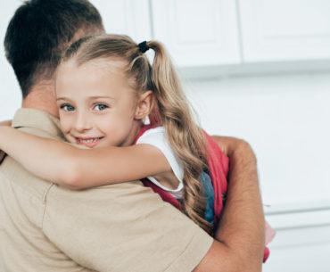 Kind umarmt Papa - Kinder zum Lernen motivieren
