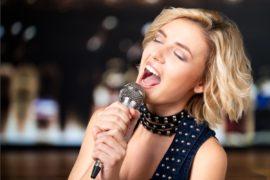 Frau singt Karaoke und lernt dadurch eine Sprache