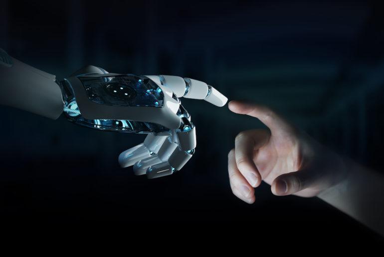 Roboter und Menschenhand. Verstehen statt büffeln und können durch tun. Warum Menschen doch besser lernen als Roboter.