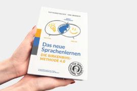 Buchcover von Händen gehalten - Das neue Sprachenlernen - Birkenbihl-Methode 4.0